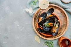 Ångade musslor i sås för vitt vin Royaltyfri Fotografi