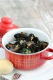 Ångade musslor i vitt vin Arkivbild