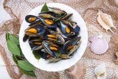 Ångade musslor med citronen för lunch Royaltyfria Bilder