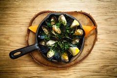 Ångade musslor med dressingen Royaltyfri Bild