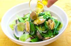 Ångade musslor med grönsaker och olja i den vita bunken Royaltyfria Foton