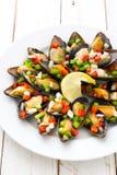 Ångade musslor med peppar och löken på vitt trä Royaltyfri Foto