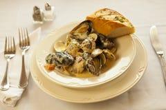 Ångade musslor och musslor i kräm- sås för vitlök Fotografering för Bildbyråer