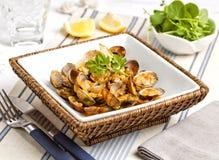 Ångade musslor tjänade som på tabellen av en utomhus- havs- restaurang Arkivfoton