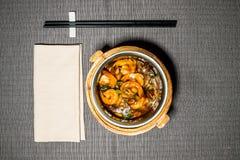 Ångade räkor i kryddigt dem sås och grönsaker Arkivfoton