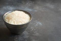 Ångade ris i bunke på svart bakgrund kopiera avstånd royaltyfri foto