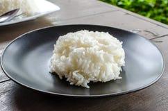 Ångade ris på svart maträtt Royaltyfri Bild