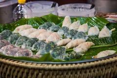 Ångade risjordlotter på den Thailand marknaden; Asien traditionell ny mat Royaltyfri Foto