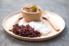 Ångade thailändska Riceberry ris och thailändska Jasmine Rice arkivfoton