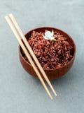 Ångade traditionella thai ris i bunke med hög fiber för sked och royaltyfria foton