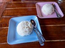 Ångade vita ris i bunke på trä Fotografering för Bildbyråer