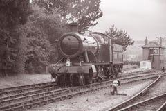 Ångadrev på järnvägsspår Royaltyfri Bild