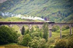 Ångadrev som korsar en viadukt Royaltyfri Bild