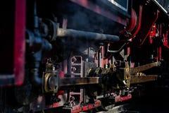Ångadrevlokomotivet särar med olja och rost Royaltyfri Fotografi