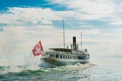 Ångafartyg som svävar på sjön Royaltyfria Bilder
