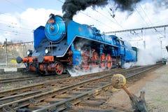 Ångalokomotiv Albatros 498 022 Prague järnvägsstation Smicho Royaltyfri Foto