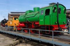 Ångalokomotiv FLC-077 (Meiningen) och diesel- lokomotiv BEWAG DL2 (typ Jung RK 15 B) Royaltyfri Fotografi