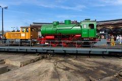 Ångalokomotiv FLC-077 (Meiningen) och diesel- lokomotiv BEWAG DL2 (typ Jung RK 15 B) Royaltyfri Foto