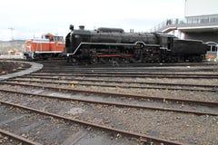 Ångalokomotiv och diesel- lokomotiv i skjulet för Umekoji ångalokomotiv, Kyoto Royaltyfri Foto