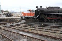 Ångalokomotiv och diesel- lokomotiv i skjulet för Umekoji ångalokomotiv, Kyoto Arkivfoto