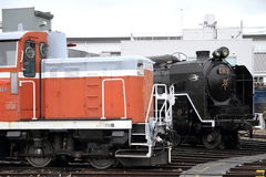 Ångalokomotiv och diesel- lokomotiv i skjulet för Umekoji ångalokomotiv, Kyoto Arkivfoton