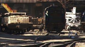 Ångalokomotiv på en metallurgical växt lager videofilmer