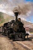 Ångalokomotivet rullar närbild royaltyfria bilder