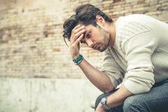 Ångestbegrepp Ung man med problem, förtvivlan royaltyfri bild