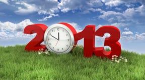År 2013 med klockan i gräset under skyen Arkivbild