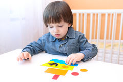2 år barn gjort skepp av pappers- detaljer Fotografering för Bildbyråer