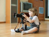2 år barn tar fotoet med kameran Arkivfoto