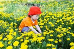 1 år behandla som ett barn mot blommor Royaltyfri Fotografi