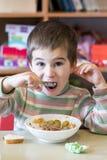 År för en pojke som på åldern av äter välling i dagiset Royaltyfri Fotografi
