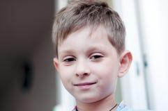 år för gammal stående för pojke gulligt fem le Royaltyfri Foto