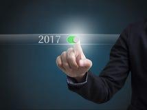 År 2017 för knapp för trycka på för affärsmanhand nytt Arkivbild