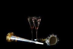 år för noisemakers s för champagnehelgdagsaftonexponeringsglas nytt Royaltyfri Foto