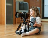 2 år flicka tar fotoet med kameran Arkivfoto