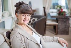 65 år gammal bra seende kvinnastående i inhemsk miljö Arkivfoton