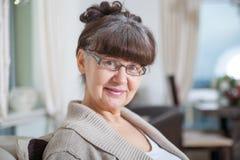 65 år gammal bra seende kvinnastående i inhemsk miljö Royaltyfri Fotografi