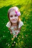 6 år gammal flicka i parkera Fotografering för Bildbyråer