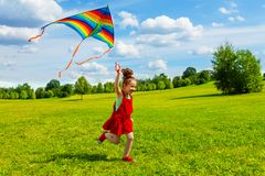 6 år gammal flicka med draken Arkivbild