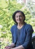 80 år gammal kvinna på balkongen arkivfoton