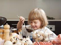 År-gammal matlagning för barn tre Arkivfoto