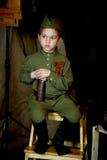 År gammal pojke i den ryska militära formen som är härlig med blåa ögon Arkivfoton