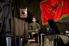 År gammal pojke i den ryska militära formen som är härlig med blåa ögon Arkivbild