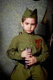 År gammal pojke i den ryska militära formen som är härlig med blåa ögon Royaltyfri Fotografi