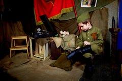 År gammal pojke i den ryska militära formen som är härlig med blåa ögon Royaltyfria Bilder