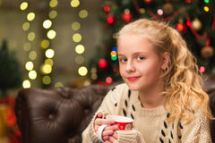 13 år gammal tonårig flicka i varm tröja Royaltyfri Foto