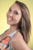 19 år gammal ung kvinna med en klänning som är främst av Royaltyfri Fotografi