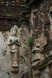 400 år gammalt förstört forntida anseende och be av den manliga ängelstatyn på Chiangmai, Thailand, buddha staty Royaltyfri Fotografi